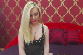 Solo blonde slut shows off on her sexcam