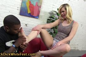 White hoe licks cum off her toes