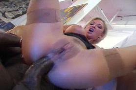 French MILF Delfynn fucks in the gallery