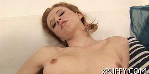Порно онлайн парень увидел мастурбирующую даму и трахнул