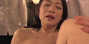 母が友人達の肉便器にされる!むっちり巨乳の裸体を弄ばれる熟女の屈辱…