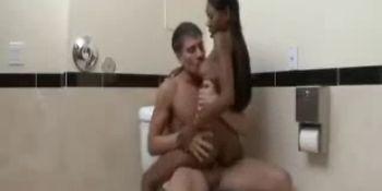 негритоску ебут стоя в туалете