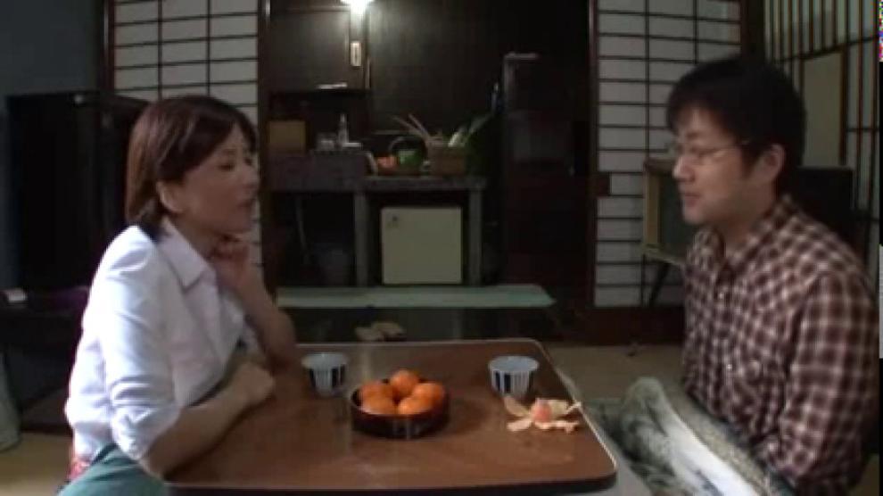 Die asiatische Milf Satsuki Kirioka wird von einer Bande gefickt und mit Sperma geduscht