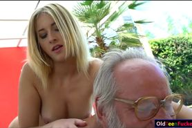Russian blonde hottie Aria Logan give a massage to a gr