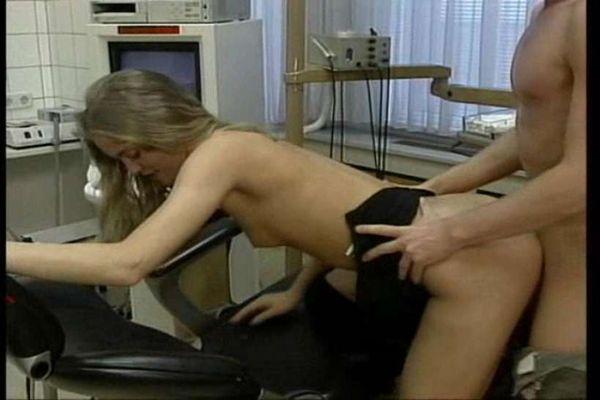 видео порно брюнетка издевается над блондинкой
