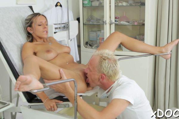 гинеколог вылизал киску пациентке - 14