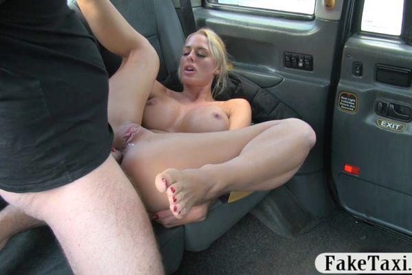Зрелую даму трахнули в такси 15